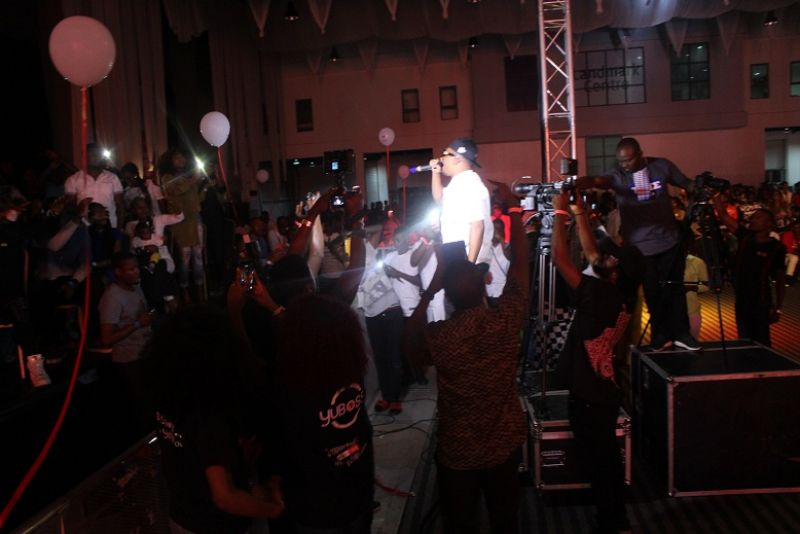 Naeto C performing to the delight of the crowd at the yudala zero gravity held at landmark centre Oniru Lagos State.