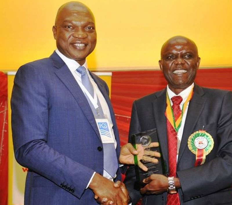 Managing Director of The Shell Petroleum Development Company of Nigeria Ltd (SPDC) & Country Chair, Shell companies in Nigeria, Osagie Okunbor (L), receives an award from the President of the Nigerian Association of Petroleum Explorationists (NAPE) Chikwendu Edoziem, in recognition of SPDC's support as lead sponsor of the 33rd NAPE 2015 Pre-conference workshop in Lagos on November 9, 2015.