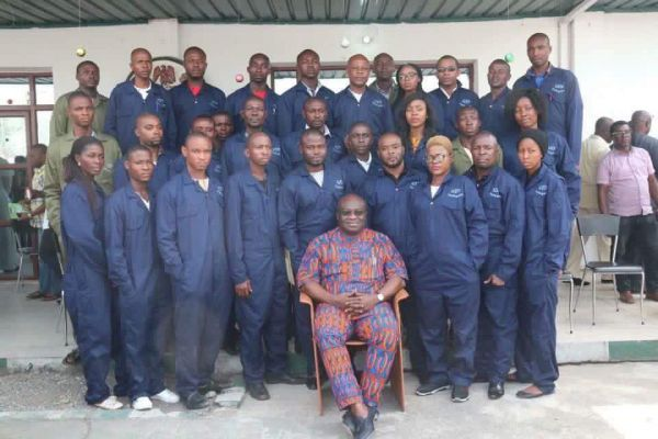 •Governor Ikpeazu and the shoemakers pose for photograph at Governor's Lodge Aba