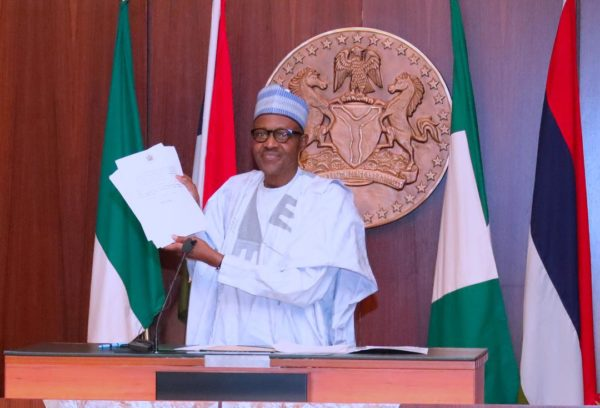 •Flashback: Buhari shows the executive order on assets forfeiture, signed on July 5