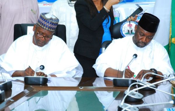 •Aliko Dangote (L) and Governor Sani Bello signing the MoU on Wednesday at Govt House Minna.
